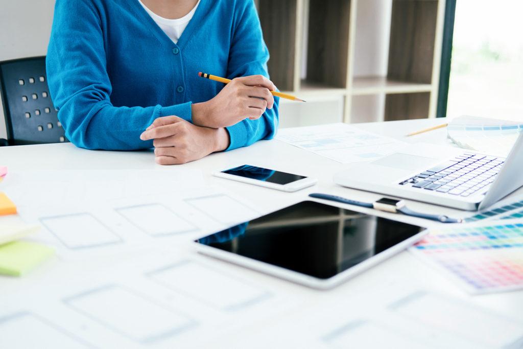 UX UI designer planning esponsive design.